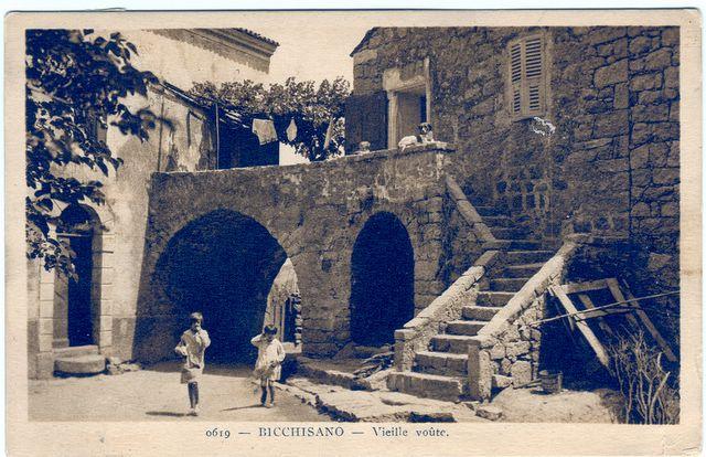 Une vieille voute BicchisanoUne placette de village