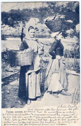 Femmes allant au marche