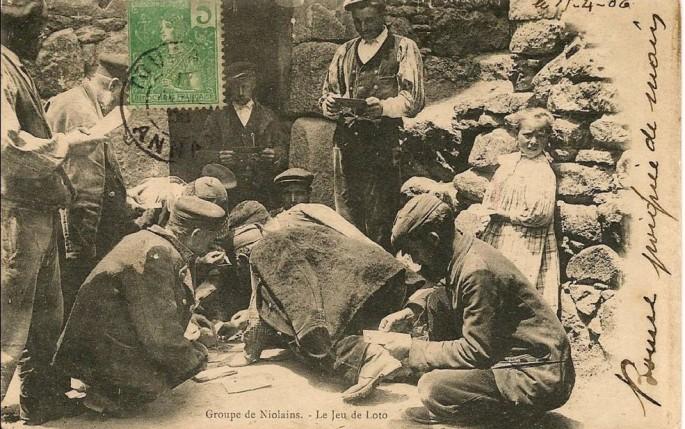 NIOLO - Groupe de Bergers Niolains - LE JEU DU LOTO devant la Bergerie - 1906-lacorsedantan.com.jpg