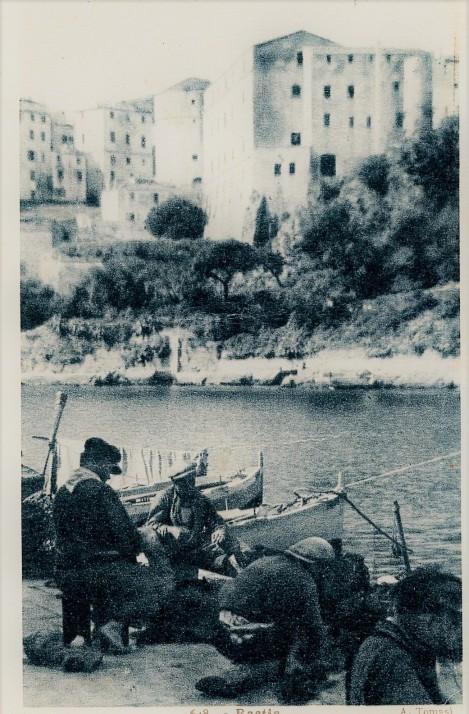 Bastia le vieux port et la citadelle, pêcheurs.jpg