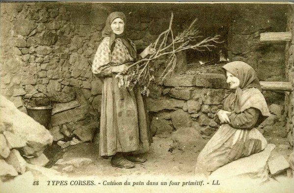 Cuisson du pain dans un four primitif ~2.jpg