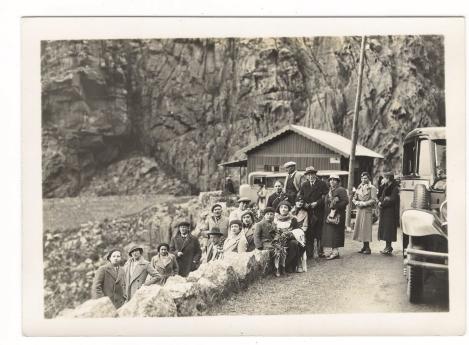 425_001_corse-dans-les-calanches-de-piana-passagers-du-paquebot-cap-tourane-croisiere-de-paques-1934.jpg