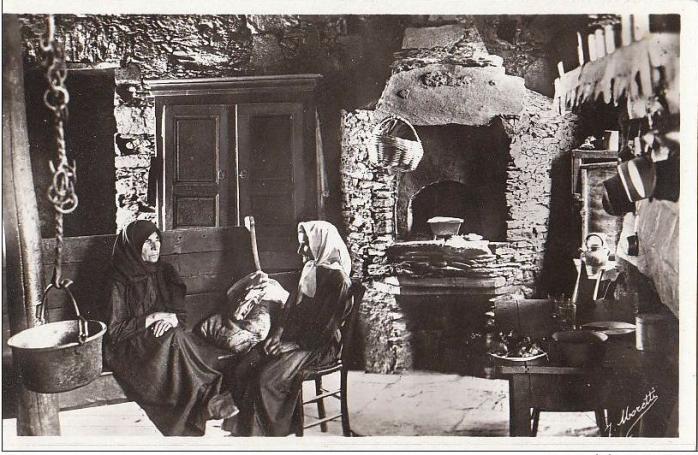 interieur-typique-four-vieille-femmes-en-conversation